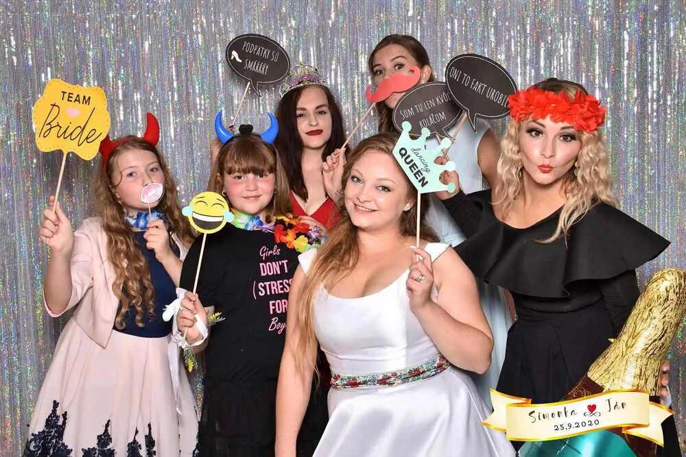 Prémiový fotokútik - Královský modrá fotobudka nie len na svadbu - fotenie na svadbe - fotostena - tlač fotografií na svadbe - fotobox
