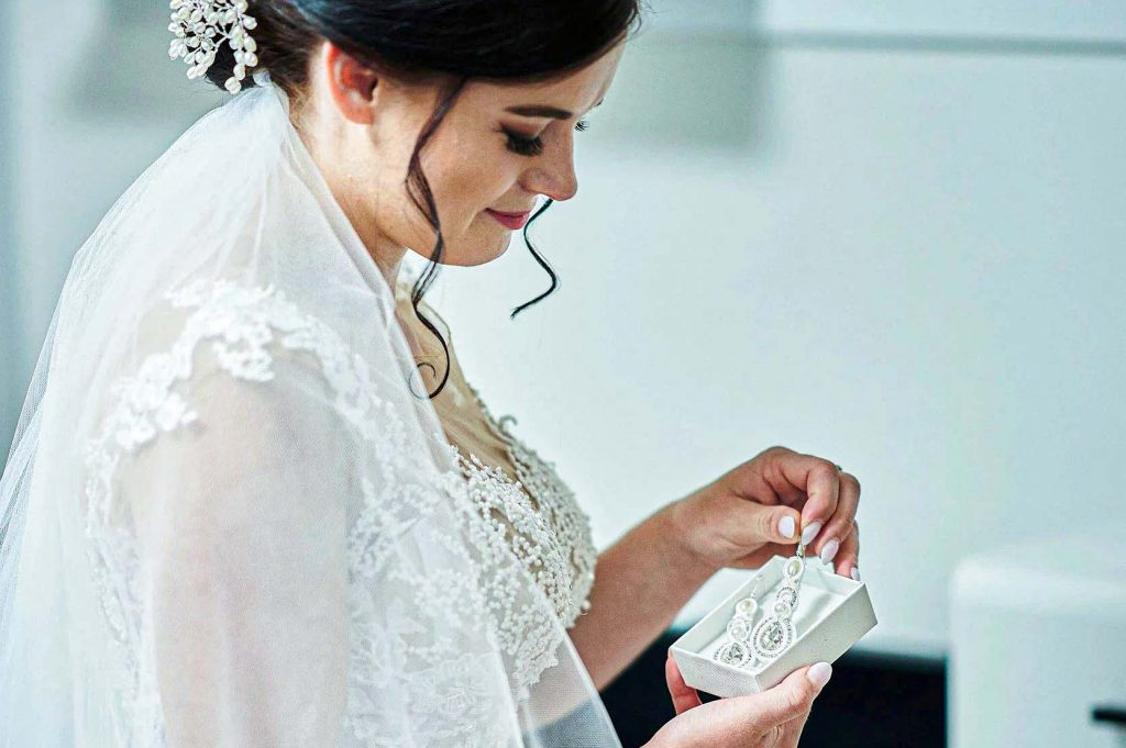 Svadba , dar , svadobný dar , náušnice , nevesta , biele šaty