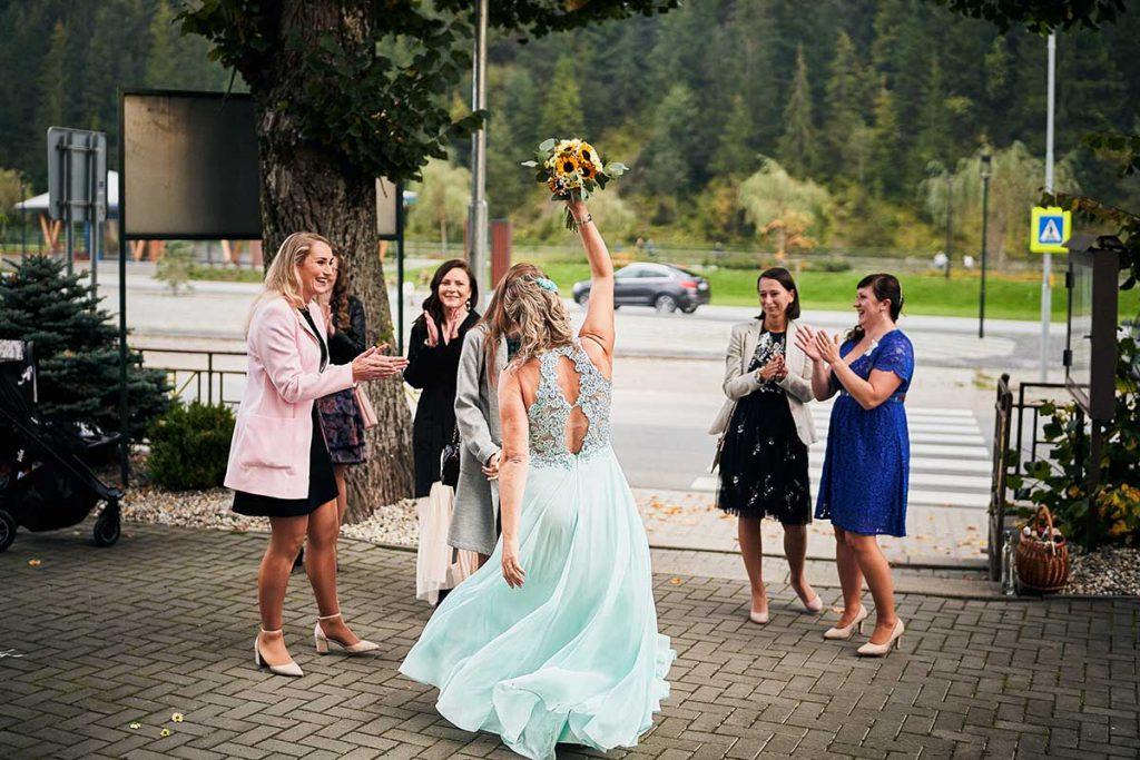 Pestrý program na svadbu - hádzanie svadobnej kytice